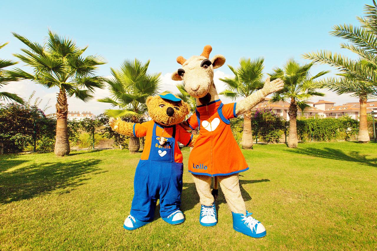 Sunwing Sandy Bay Beach - Vings maskoter Lollo & Bernie er alle barns beste venner i ferien.
