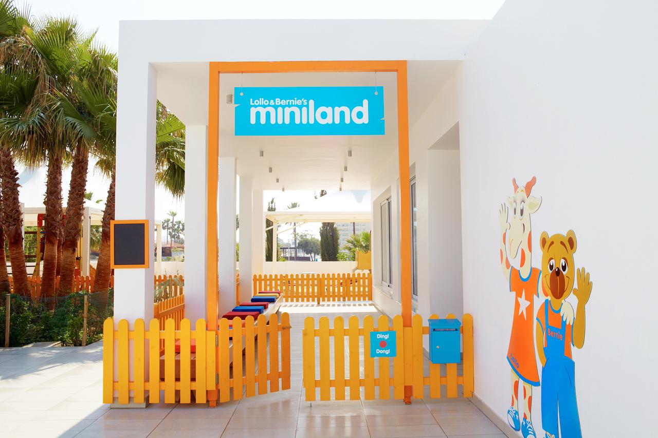 Sunwing Sandy Bay Beach - Alle barn velkomne til Lollo & Bernies Mini Land for å leke, spille, tegne og se på film.