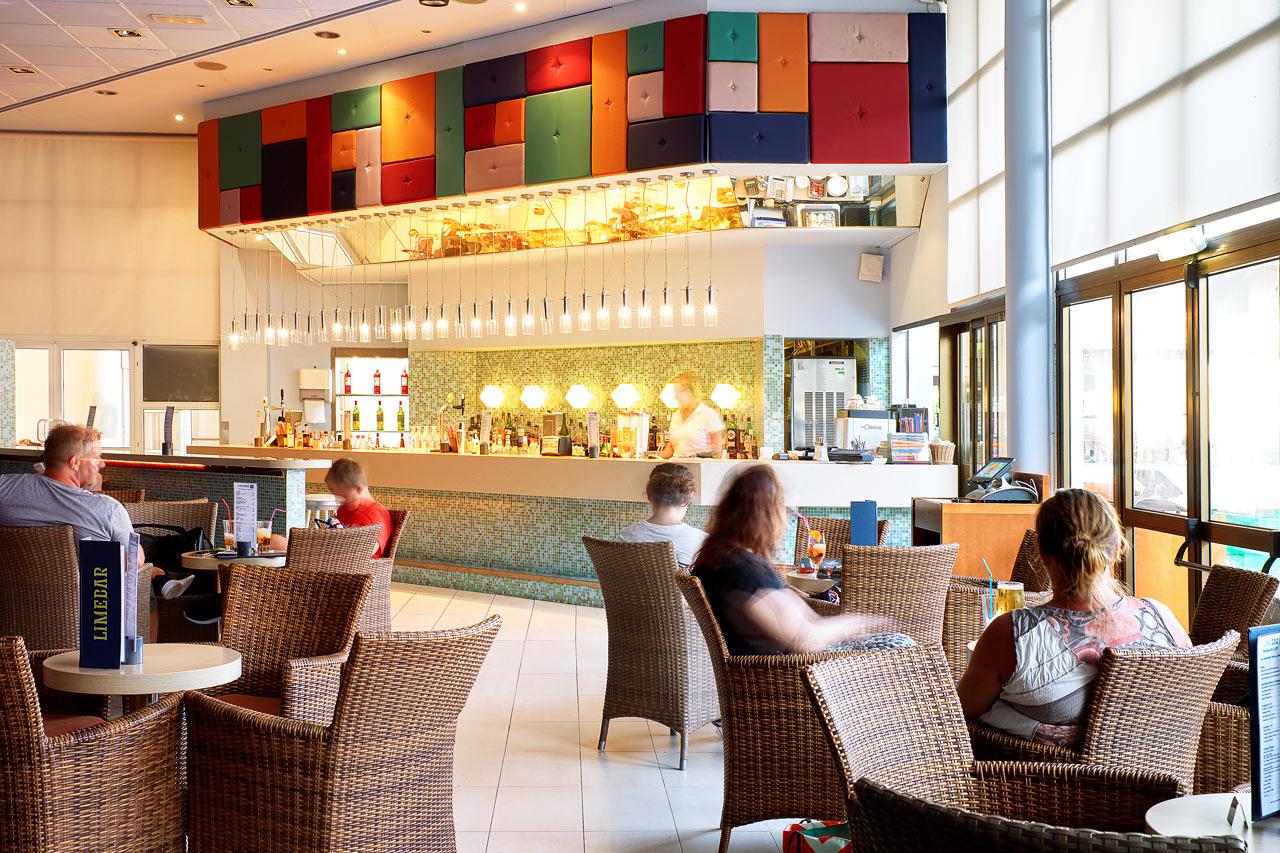 Sunwing Sandy Bay Beach - I Lime Bar kan du nyte noe godt å drikke både før og etter middag.
