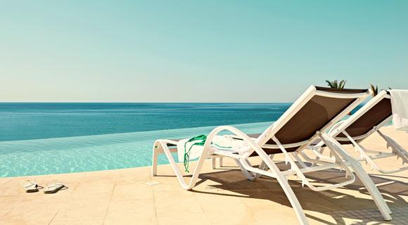 Basseng og strand